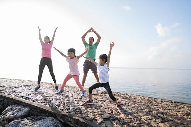 Azjatyccy rodzice i dzieci uprawiają sport na świeżym powietrzu