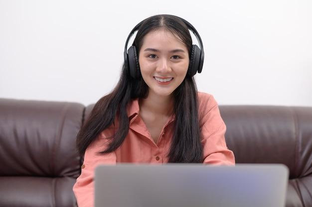 Azjatyccy studenci uczą się w domu.