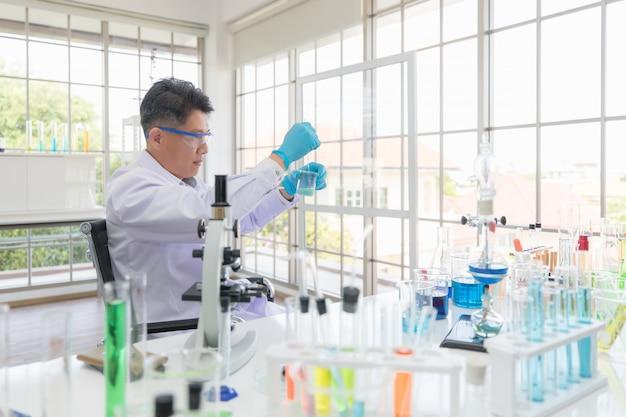 Azjatyccy tajlandzcy badacze lub naukowcy przeprowadzają eksperymenty, aby znaleźć antybiotyki i szczepionki