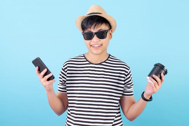 Azjatyccy turyści noszą przypadkowe ubrania podczas zakupów na smartfonie na niebiesko