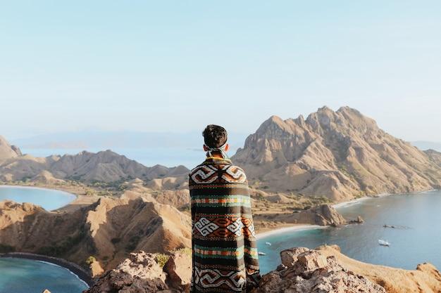Azjatyccy turyści płci męskiej noszący tradycyjne indonezyjskie ubrania zwane songket cloth