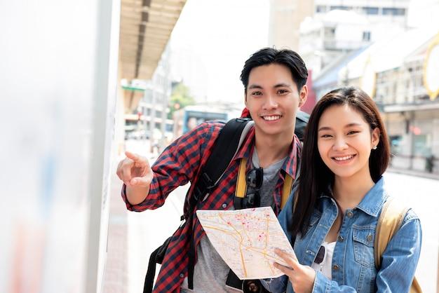 Azjatyccy turystyczni par backpackers taveling w bangkok mieście tajlandia