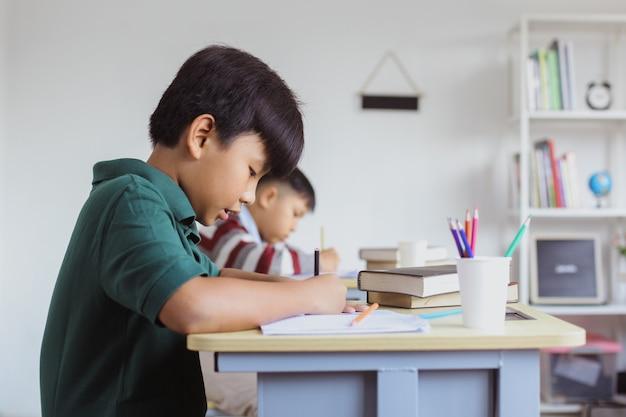 Azjatyccy uczniowie odrabiający lekcje w klasie