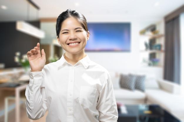 Azjatycka agentka nieruchomości powitanie z ciepłym powitaniem