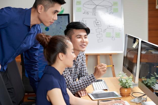 Azjatycka biznes drużyna dyskutuje projekt