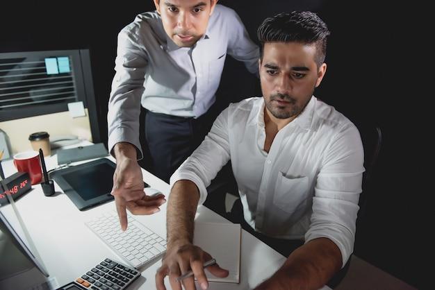 Azjatycka biznesmen drużyna dyskutuje projekt przy nocą