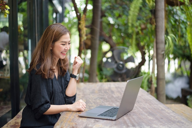 Azjatycka biznesowa kobieta jest szczęśliwa z jej pracą