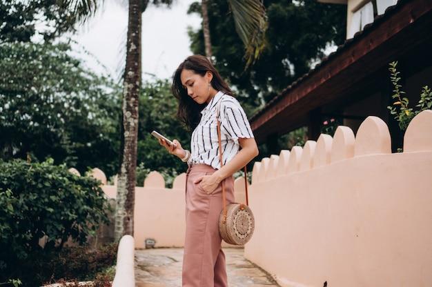 Azjatycka biznesowa kobieta opowiada na telefonie na wakacje