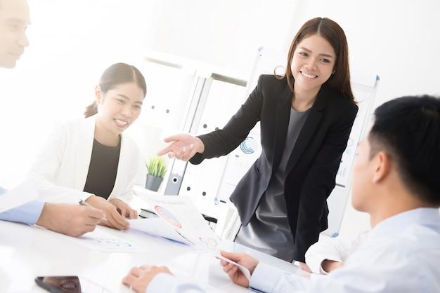 Azjatycka biznesowa kobieta przedstawia jej pracę