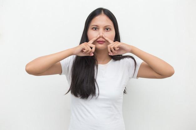 Azjatycka biznesowa kobieta trzyma nos z powodu nieprzyjemnego zapachu