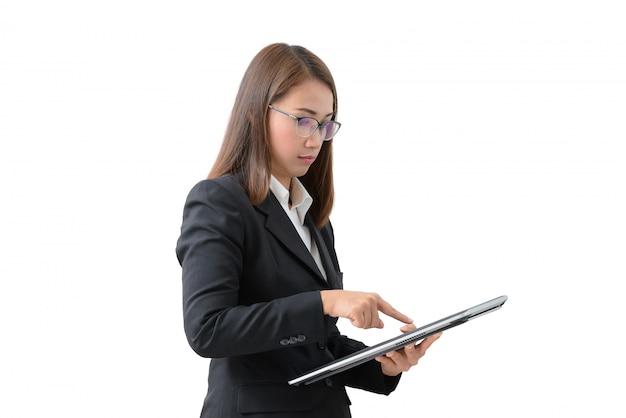 Azjatycka biznesowa kobieta używa pastylkę odizolowywającą