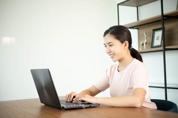 Azjatycka biznesowa kobieta z notatnikiem w biurze