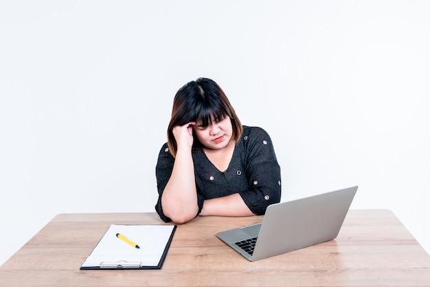 Azjatycka bizneswoman czuje się zestresowana ponieważ myślała o biznesplanie aby odnieść sukces