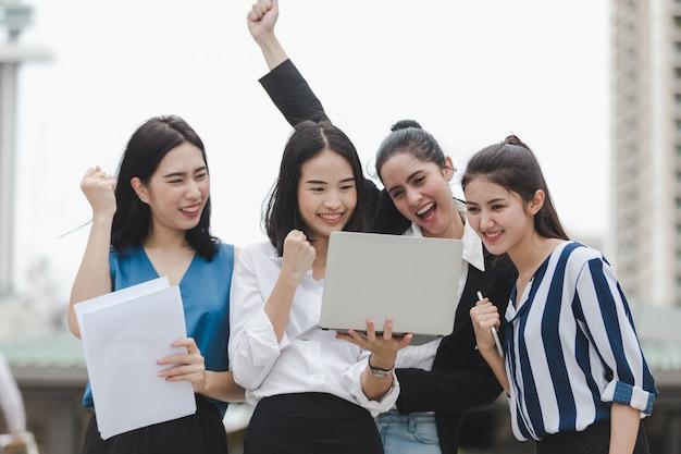 Azjatycka bizneswoman grupa cieszy się pracownika plenerowego