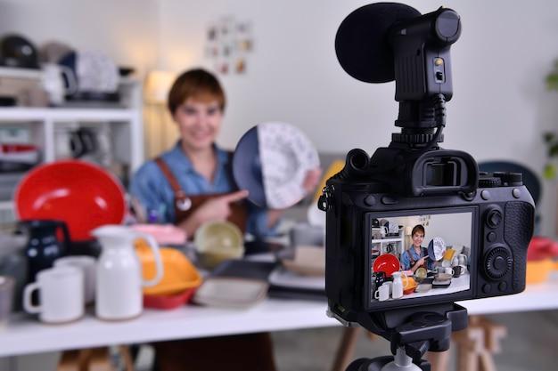 Azjatycka blogerka, vlogerka i wpływowa osoba online, nagrywająca treści wideo na temat marketingu i sprzedaży online oraz e-commerce dla wyrobów ceramicznych i produktów