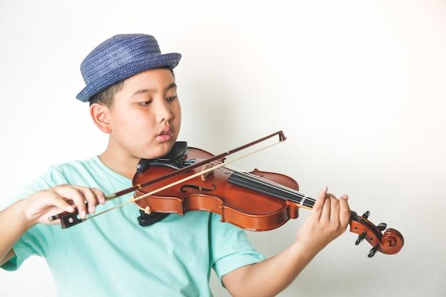 Azjatycka chłopiec bawić się skrzypcowego instrument