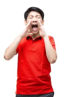 Azjatycka chłopiec jest ubranym czerwoną koszula krzyczy głośno