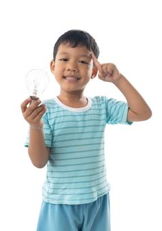 Azjatycka chłopiec mienia żarówka odizolowywająca, pomysł i jaskrawy pojęcie