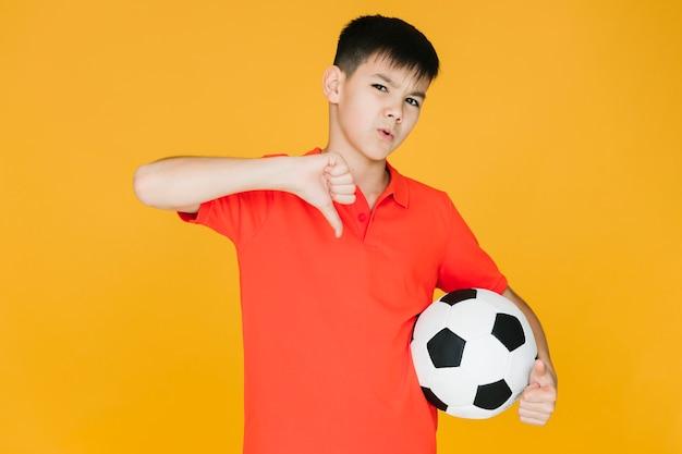 Azjatycka chłopiec nie pochwala czegoś