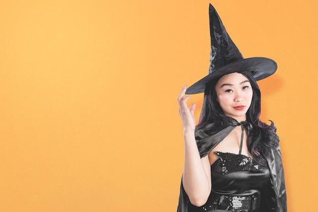 Azjatycka czarownica kobieta z kapeluszem stojącym