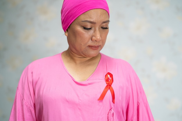 Azjatycka dama pacjentka boli i martwi się o jej piersi w szpitalu