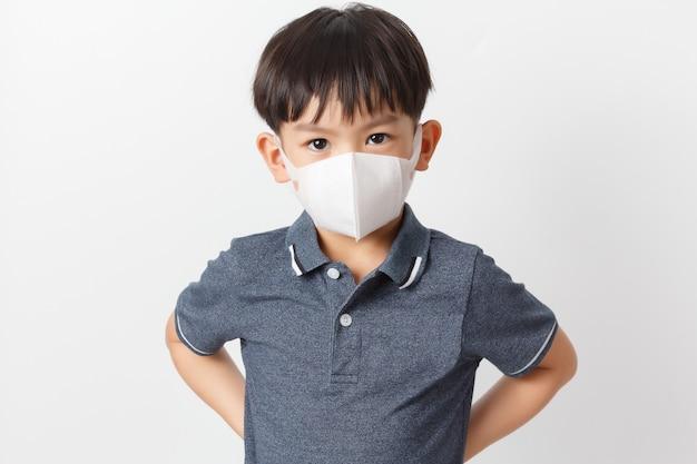 Azjatycka dziecko chłopiec jest ubranym maskę ochronną.