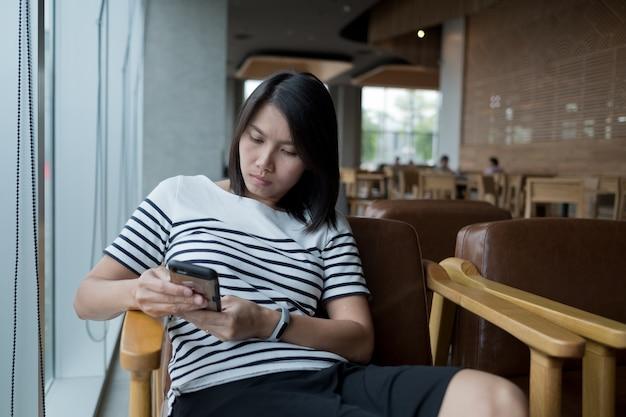 Azjatycka dziewczyna dzwoni telefon