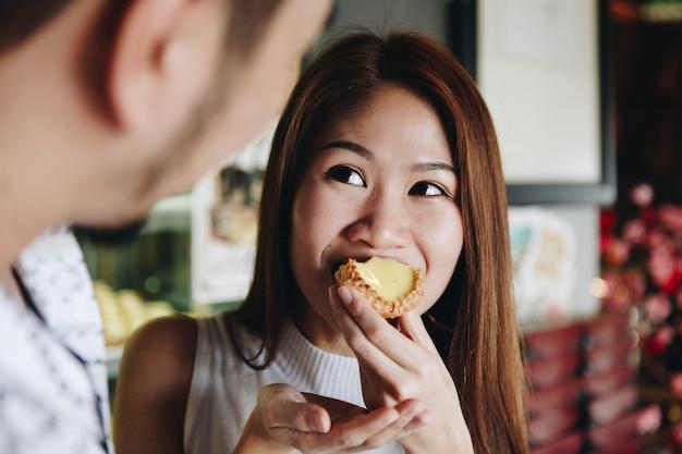 Azjatycka dziewczyna ma kąsek tarta
