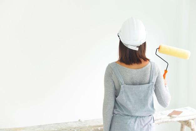 Azjatycka dziewczyna maluje jej dom