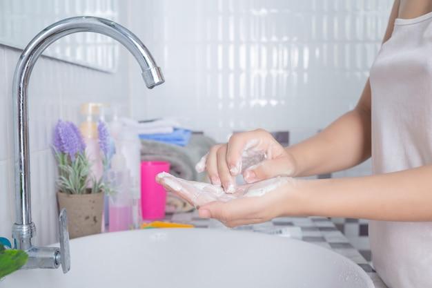 Azjatycka dziewczyna myje twarz.