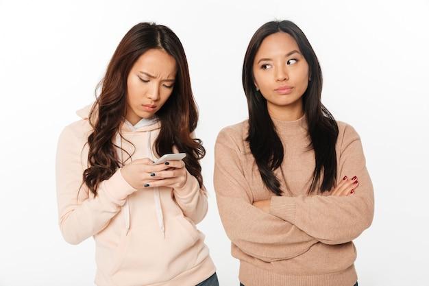 Azjatycka dziewczyna niezadowolona z powodu swojej siostry