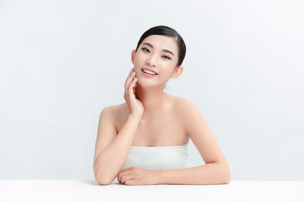 Azjatycka dziewczyna piękna twarz pielęgnacja skóry i zdrowie na białej ścianie