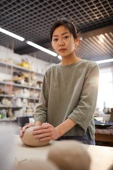 Azjatycka dziewczyna pracuje w ceramicznym warsztacie