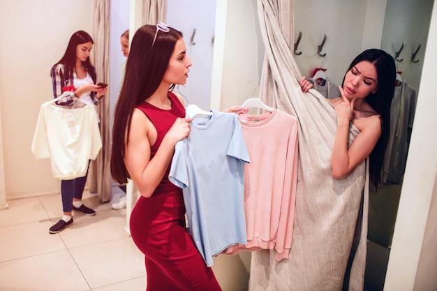 Azjatycka dziewczyna próbuje na siebie różne ubrania.