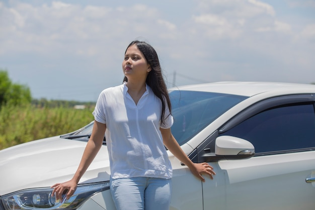 Azjatycka dziewczyna stojąca przy samochodzie na ulicy