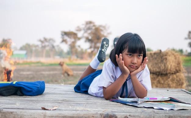 Azjatycka dziewczyna studentka na wsi