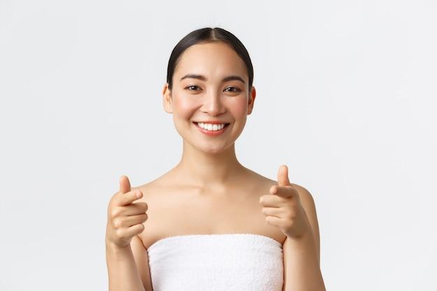 Azjatycka dziewczyna w białym ręczniku