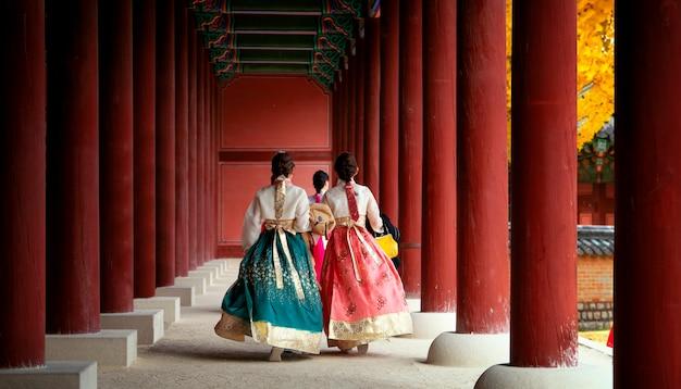Azjatycka dziewczyna w hanbok sukni spacerze w jesień liści parku