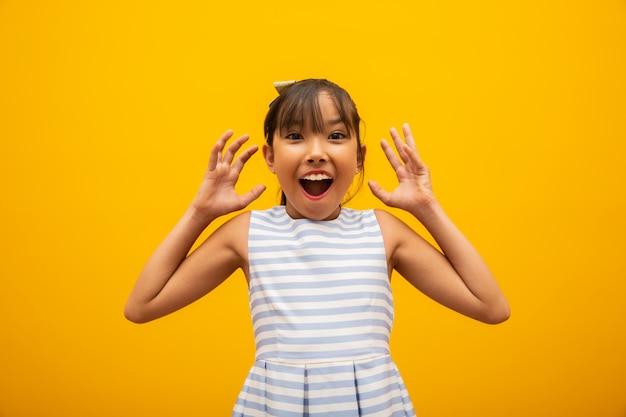 Azjatycka dziewczyna zdziwiona