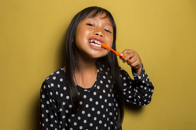 Azjatycka dziewczynka szczotkuje zęby