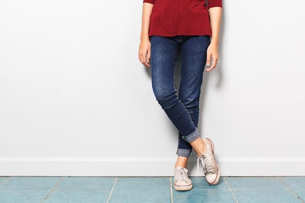 Azjatycka dziewczyny noga z cajgową modą z starymi butami