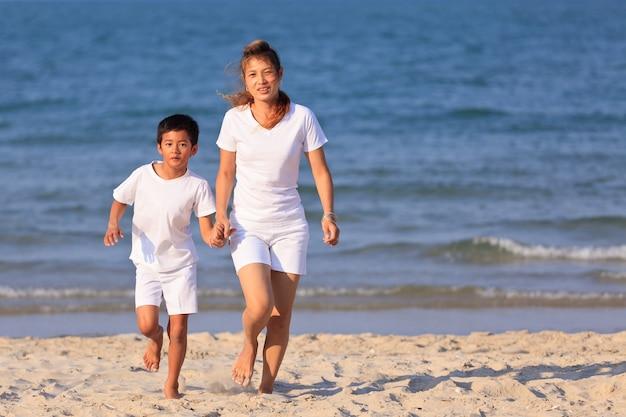 Azjatycka gra rodzinna na tropikalnej plaży