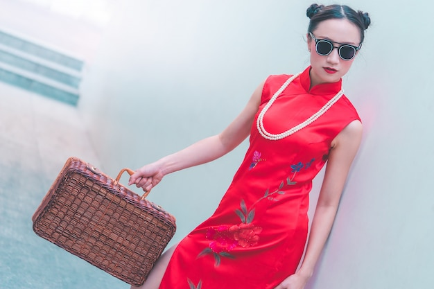 Azjatycka japońska chińska dziewczyna z drewnianym bagażu rocznika azjata podróży pojęciem
