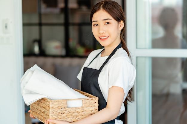 Azjatycka kelnerka przygotowuje ręczniki dla gości