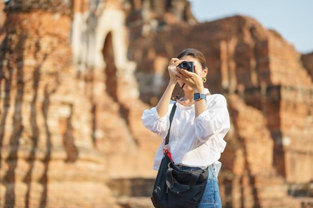 Azjatycka kobieta bierze fotografię i podróżuje
