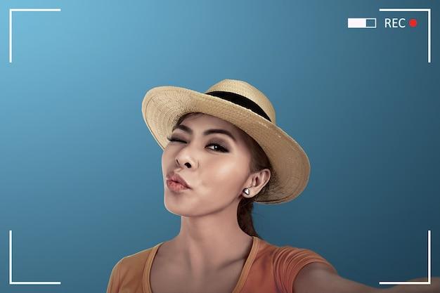 Azjatycka kobieta bierze selfie na kamerze