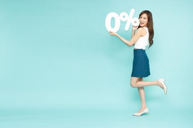 Azjatycka kobieta biznesu posiadająca numer 0 na białym tle na zielonym tle