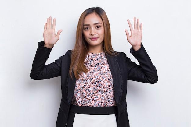 Azjatycka kobieta biznesu wita się na białym tle