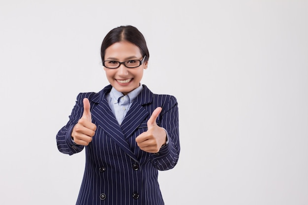 Azjatycka kobieta biznesu wskazując kciuk w górę