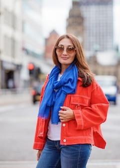 Azjatycka kobieta chodzi wokoło angielskiego miasta